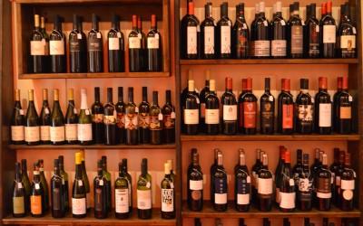 Nel cuore del centro storico bolognese vi offriamo una selezione variegata di vini biologici e biodinamici, con la possibilità di degustare o acquistare vini in bottiglia e sfusi selezionati tra le cantine più interessanti di Italia, Slovenia e Croazia