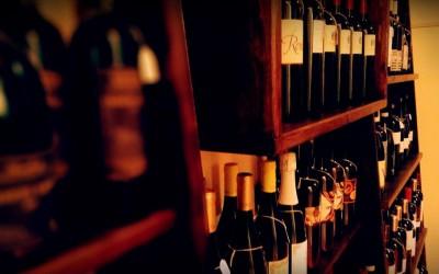 Vi invitiamo a degustare i segreti delle bottiglie selezionate le quali rispecchiano l'essenza di una cultura agricola che con grande sensibilità rispetta e valorizza le caratteristiche del terroir d'origine